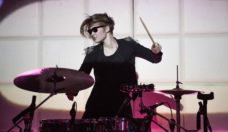 Bild på Jonna Löfgren, trummis i skotska bandet Glasvegas.