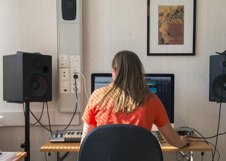 Bild på deltagare som sitter vid en dator och komponerar