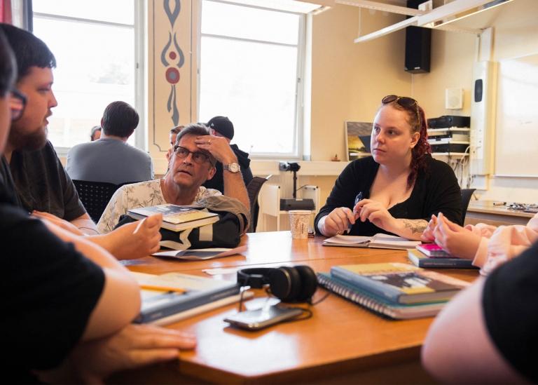 Bild på deltagare som diskuterar tillsammans med lärare
