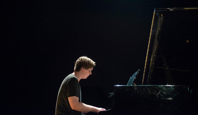 Bild på deltagare som spelar piano