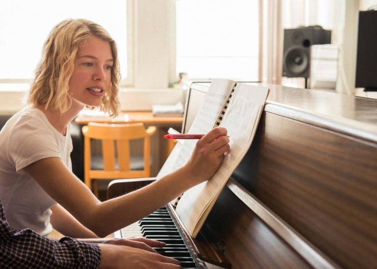 Bild på två deltagare som sitter vid piano och komponerar musik