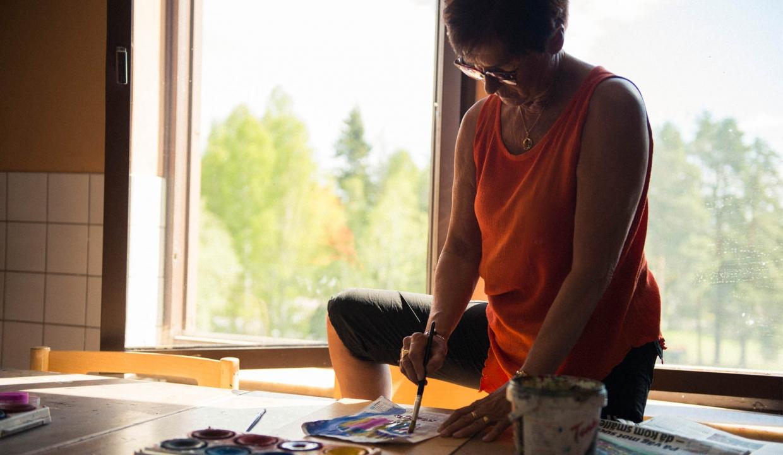 Bild på deltagare som målar