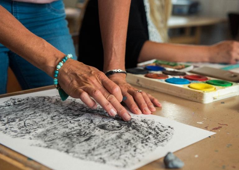 Bild på deltagares hand som målar