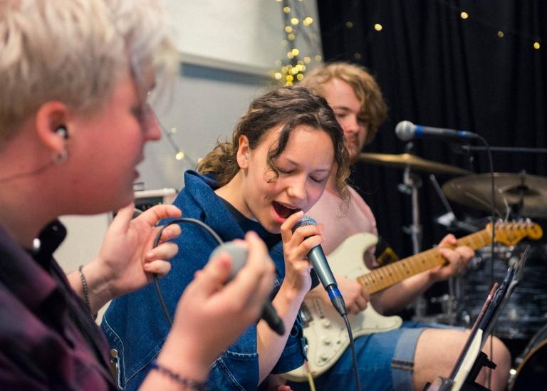 Bild på deltagare som skriver låt tillsammans