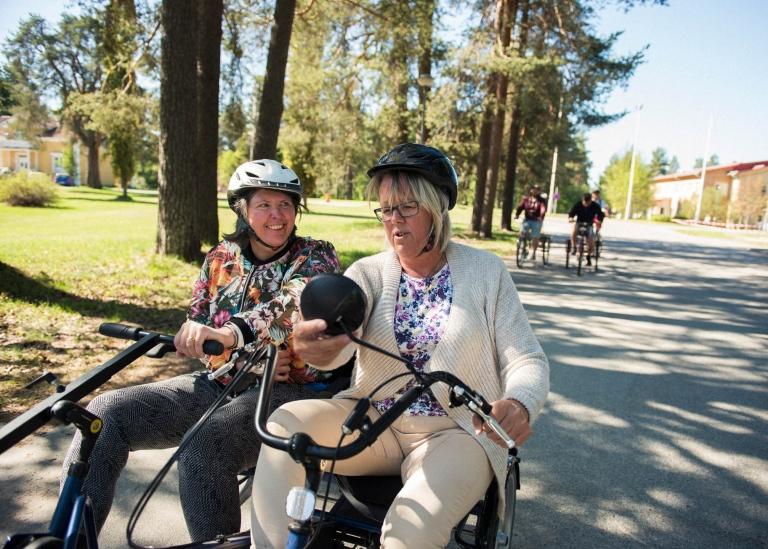 Bild på lärare och deltagare som cyklar tillsammans