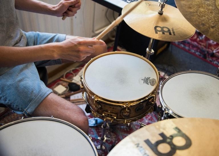 Bild på deltagare som spelar trummor
