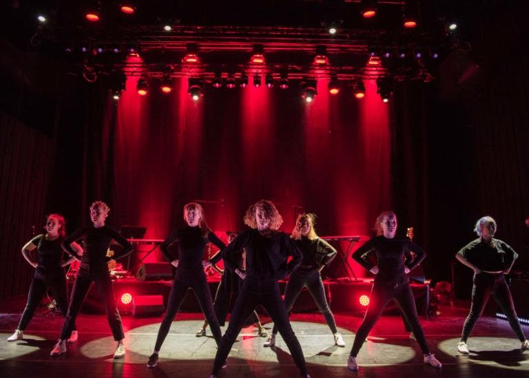 Bild på deltagare som sjunger