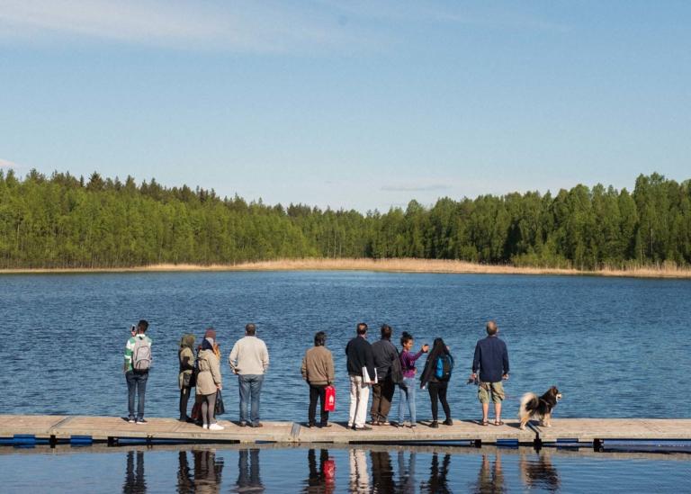 Bild på deltagare som promenerar i skog